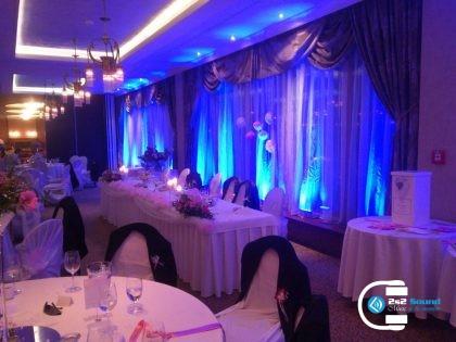 DJ na svadbu a modré dekoračné osvetlenie
